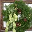 I hung up a fresh wreath inside the frame and although its pretty, it was missing a little bling, dont you think?