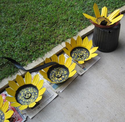 Yard Art Ideas http://junkmarketstyle.com/item/27308/whimsical-yard-art-from-recycled-plastic-pots