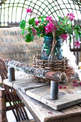 The branches are the star of the show in this little tray. They blend in perfectly with the well weathered boards used for this tray.