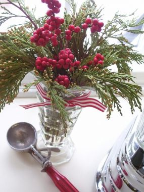Heres the scoop.  Found at a thrift store for $1, this gorgeous vase that resembles sundae glassware is filled with seasonal greenery and berries.  Paired up with a 49-cent red-handled ice-cream scoop and youve got a pretty sweet bouquet.